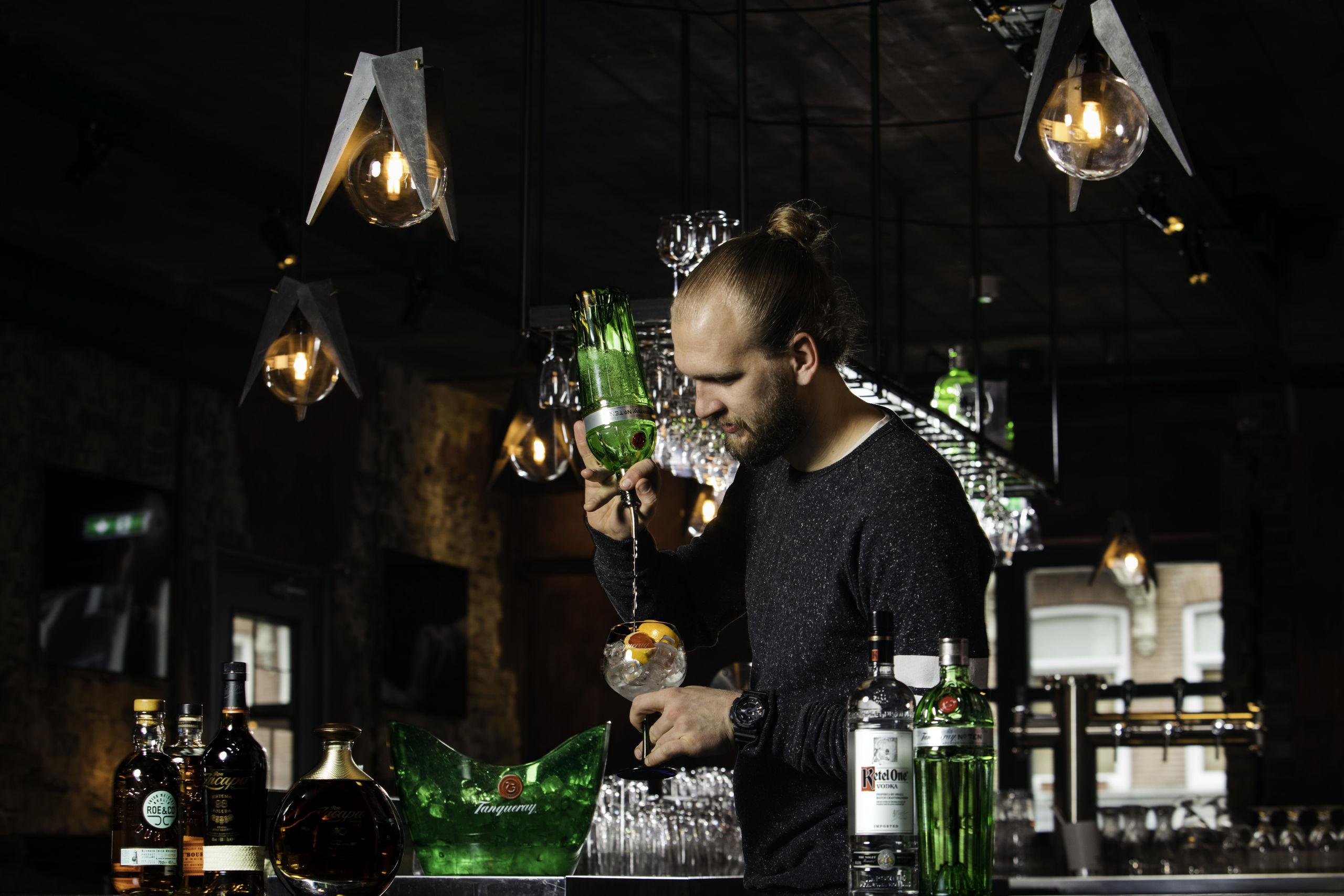 Bartender van restaurant BAUT aan de slag met Tanqueray-gin.