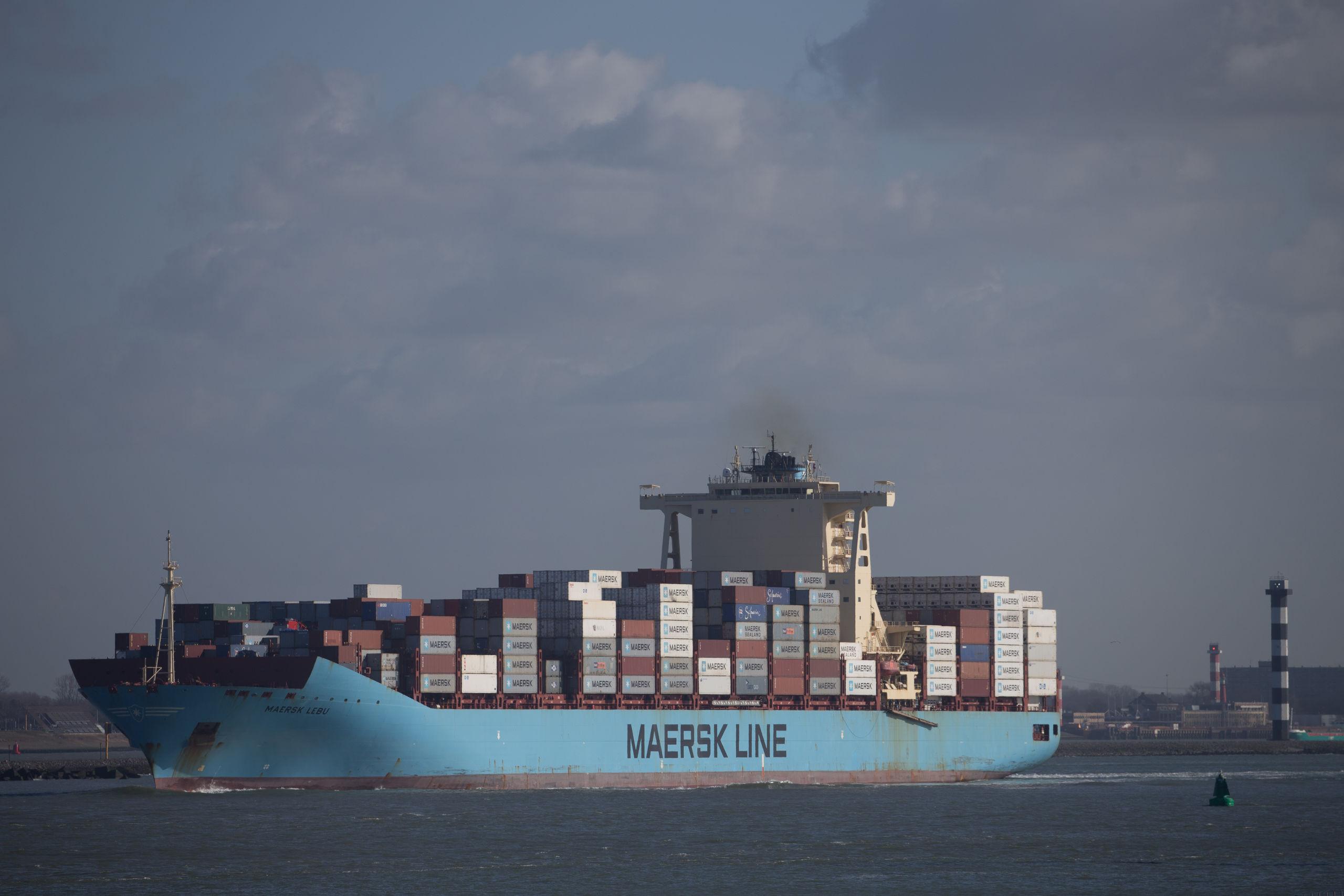Een containerschip van de Deense rederij Maersk vaart in de Rotterdamse haven.