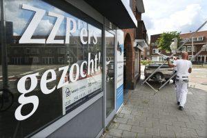 Gesloten bemiddelingsbureau voor ZZP'ers gesloten. Rabobank Economen bepleiten dat meer werknemers een vast contract krijgen en zo meeprofiteren van een grotere koopkracht.